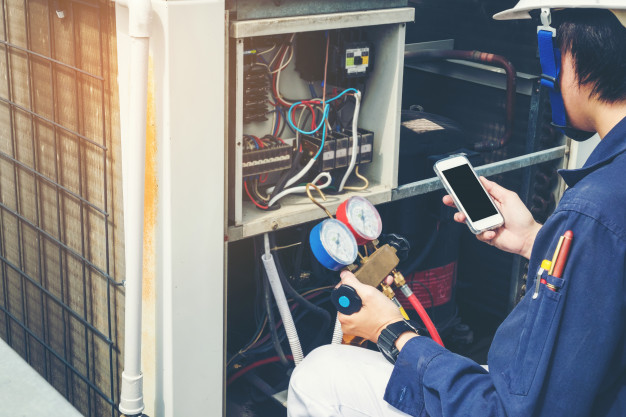 technician-is-checking-air-conditioner_18497-210